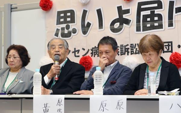 安倍首相との面会を終え、記者会見するハンセン病家族訴訟の林力原告団長(左から2人目)ら(24日午前、国会内)