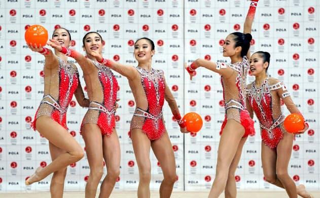 練習を公開した新体操団体の日本代表「フェアリージャパン」(24日、東京都北区の国立スポーツ科学センター)=共同