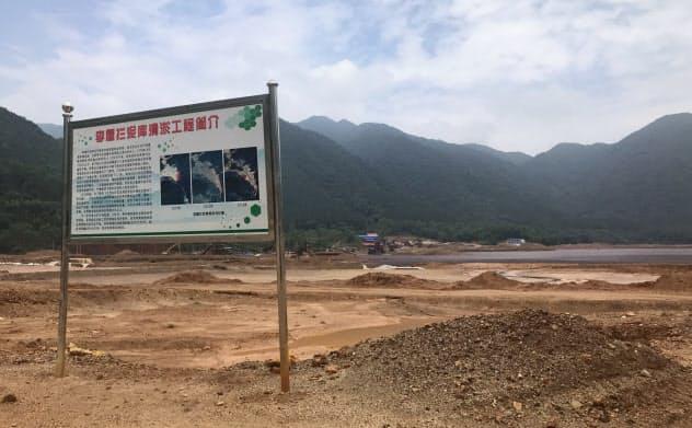 広東省韶関市の鉱山地域である大宝山には、汚?#23601;?#22732;の改善の取り組みを紹介?#24037;?#30475;板が立っていた