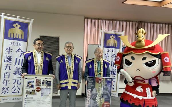 静岡商工会議所の酒井公夫会頭(中央)らが着用する陣羽織は、3万円寄付した際の返礼品だ(23日、静岡市)