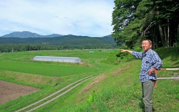 高地の水田を潤してきた御射鹿池の役割を解説する武安さん