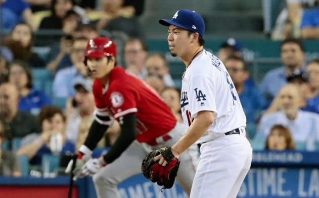 エンゼルス戦の2回、代打大谷(左)に先制打を浴びたドジャース・前田(23日、ロサンゼルス)=共同