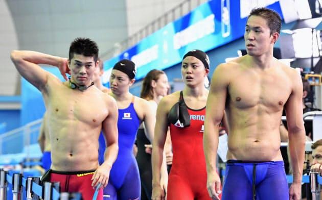 混合400メートルメドレーリレー予選で失格となり、引き揚げる(左から)水沼、酒井、大本、小関(24日、光州)=共同
