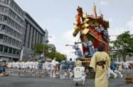 京都・祇園祭後祭の「山鉾巡行」で辻回しされる大船鉾(24日)=共同
