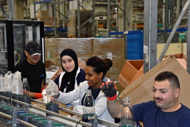 ソーダストリームの工場ではユダヤ人、パレスチナ人が力を合わせて働く