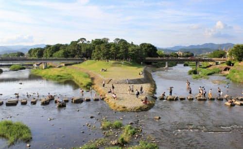 賀茂川(左)と高野川(右)の合流する「鴨川デルタ」は「糺河原」と呼ばれた(京都市左京区)