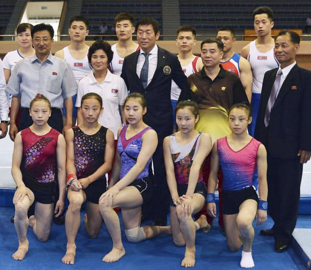 平壌で北朝鮮の体操選手らと記念写真に納まる渡辺守成さん(2列目中央、2018年7月)=共同