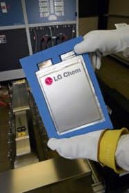 LG化学によると、電池のコストの約4割を正極材が占める(写真は電池のセル)