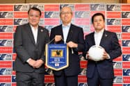 パートナーシップ契約を結んだアイリスの大山健太郎会長(中)やJFAの田嶋幸三会長(左)