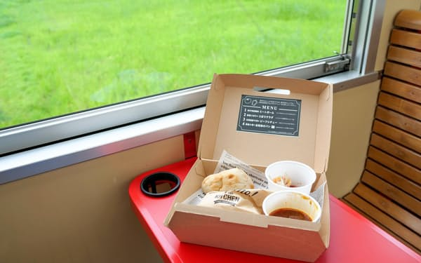 沿線の景色や風を楽しみながら朝食を味わえる