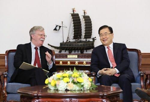 会談するボルトン米大統領補佐官(左)と韓国の鄭義溶国家安保室長(24日、ソウル)=韓国大統領府提供