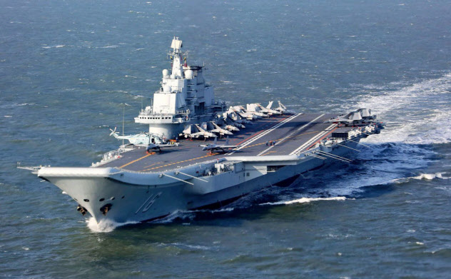 中国海軍の空母「遼寧」(共同)
