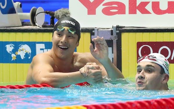 男子200メートルバタフライで銀メダルを獲得した瀬戸(左)と金メダルのミラク=山本博文撮影