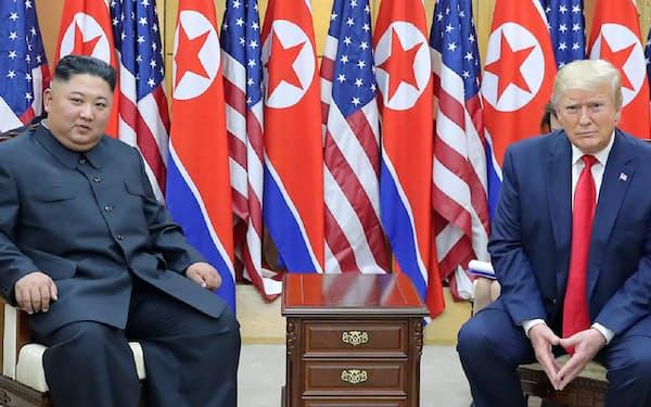米朝首脳会談に同席した北朝鮮の李容浩外相(左)(6月30日、板門店)=朝鮮中央通信