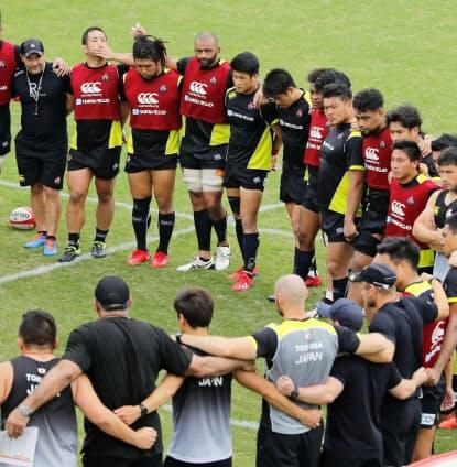 合宿で円陣を組むラグビー日本代表の選手ら。W杯までの残り2カ月をどう過ごすかが注目される=共同