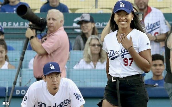 ドジャース・前田(左)を捕手役に、始球式に臨む女子テニスの大坂なおみ(24日、ロサンゼルス)=共同