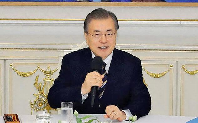 文在寅大統領と韓国与野党は日本の輸出規制措置の即時撤回要求で一致した(18日、韓国大統領府)=聯合・共同