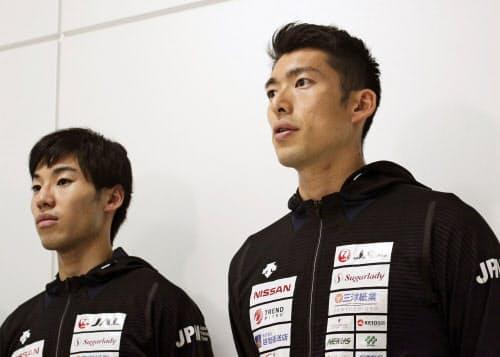フェンシングの世界選手権から帰国し、取材に応じる男子エペの見延和靖(右)と加納虹輝(25日、成田空港)=共同