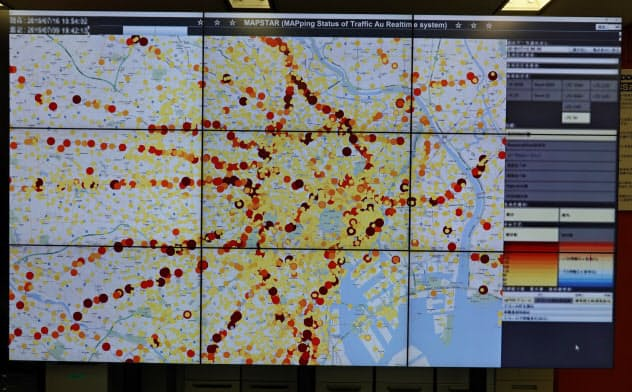 KDDIの「MAPSTAR」。全国にある基地局の通信量(トラフィック)や接続しているユーザー数をリアルタイムに確認できる。基地局の通信量が、少なければ黄色、多ければ赤、トラブルがあれば黒と、色の違いで動作状況をひと目で把握できる
