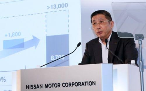 記者会見する日産自動車の西川社長兼CEO(25日、横浜市西区)
