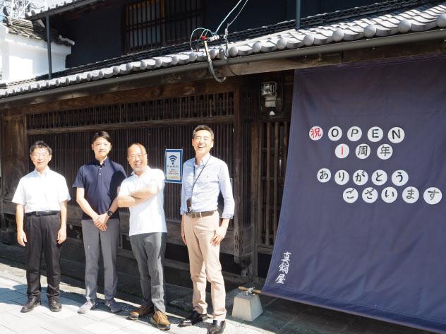 野村総合研究所のレンタルオフィスは観光客が往来する旧街道に面している(徳島県三好市)