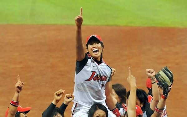 北京五輪・ソフトボール女子決勝で米国を破り優勝、指を突き上げ喜ぶ上野ら日本ナイン