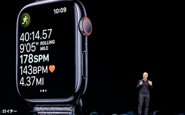 アップルウオッチについてプレゼンするティム・クック最高経営責任者(CEO)=ロイター