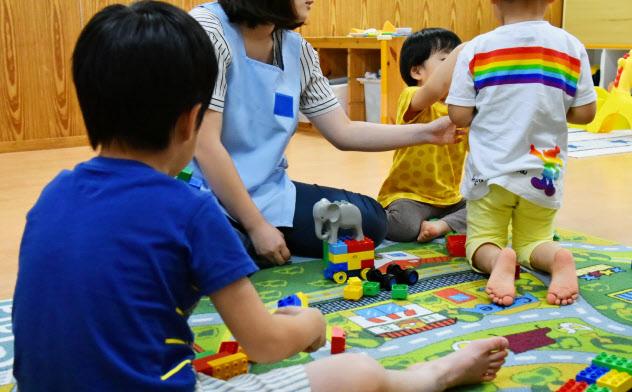 保育士と遊ぶ園児たち