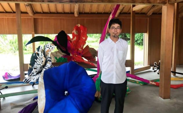 犬島の「C邸」で巨大な切り花状の作品を展示する半田真規(岡山市)