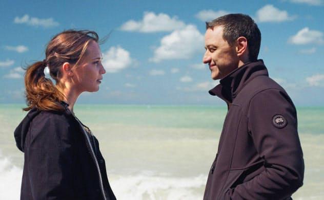ヴィム・ヴェンダース監督「世界の涯ての鼓動」。アリシア・ヴィキャンデル(左)とジェームズ・マカヴォイ。 (C)2017 BACKUP STUDIO NEUE ROAD MOVIES MORENA FILMS SUBMERGENCE AIE