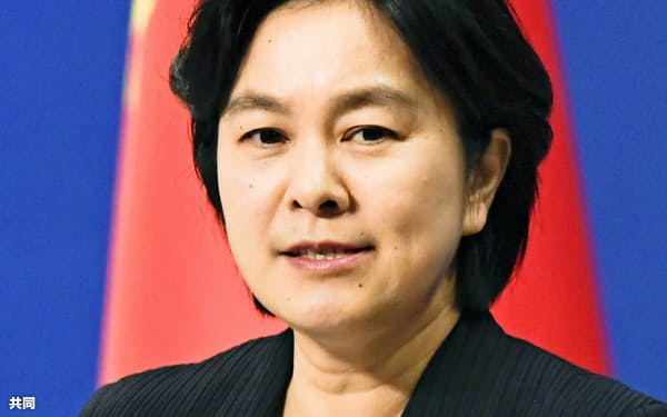 記者会見する中国外務省の華春瑩報道局長(23日、北京)=共同