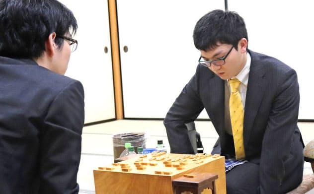 豊島名人(左)を破り、王座戦の挑戦権を獲得した永瀬叡王(25日午後、大阪市の関西将棋会館)