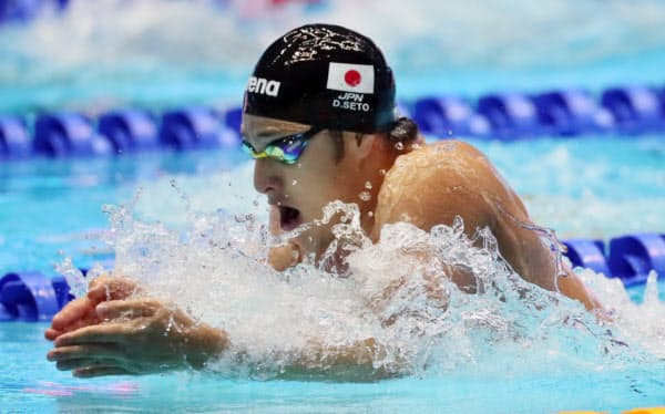 金メダルを獲得した瀬戸の平泳ぎ=山本博文撮影