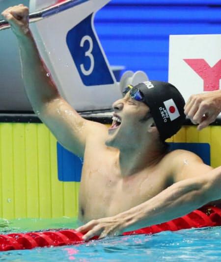 男子200メートル個人メドレーで金メダルを獲得し喜ぶ瀬戸=山本博文撮影