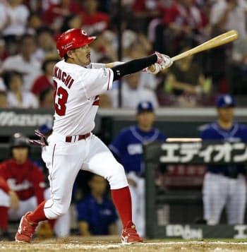 5回広島1死、菊池涼が左越えに本塁打を放つ(25日、マツダ)=共同