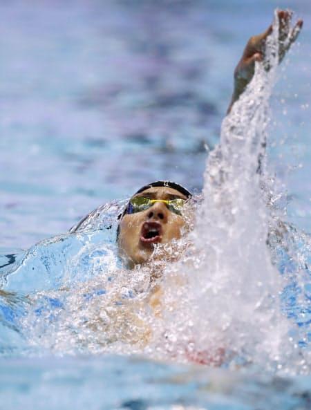 金メダルを獲得した瀬戸の背泳ぎ=共同