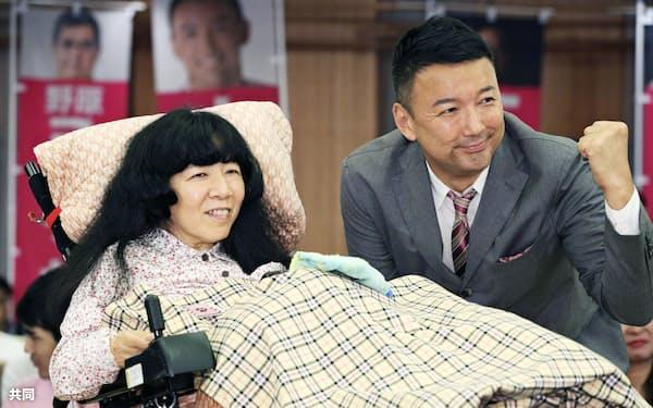 れいわ新選組から参院選に出馬し、初当選した木村英子氏(左)と山本太郎代表(22日未明、東京都内のホテル)=共同