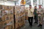 マドゥロ大統領はCLAPと呼ばれる食料配給システムを通じて国民をコントロールする(5月、カラカス)=ロイター