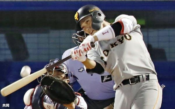 巨人の2番打者・坂本勇は本塁打、打点、長打率などでリーグトップを走る=共同