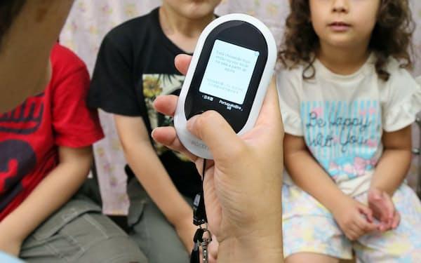 ソースネクストが発売した自動翻訳専用端末「ポケトークW」