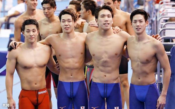 男子800メートルリレー予選を終え肩を組む(左から)瀬戸、吉田、松元、高橋。東京五輪出場枠を獲得した(26日、光州)=共同