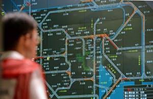 交通規制の効果で「五輪ルート」の渋滞が軽減されたことを示す警視庁交通管制センターのモニター(26日午前、東京都港区)