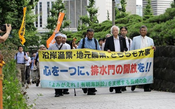 弁論のため最高裁に向かう漁業者側弁護団(26日、東京都千代田区)