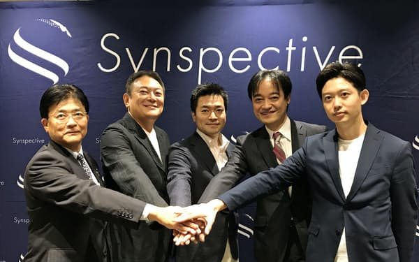 資金調達を発表したシンスペクティブの新井元行CEO(中央)ら(26日、東京・千代田)