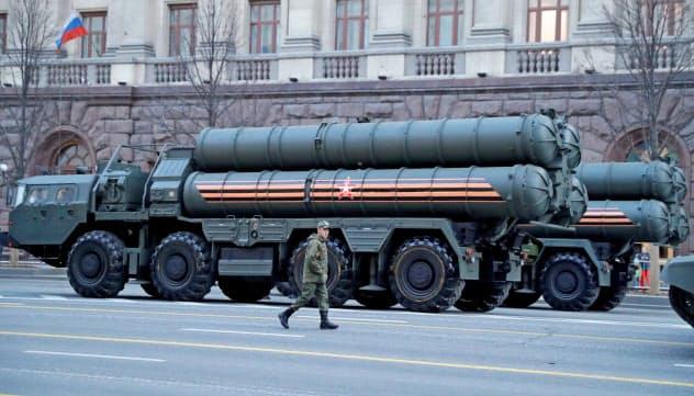 トルコへの搬入が始まったロシア製防空ミサイル「S400」(モスクワ)=ロイター