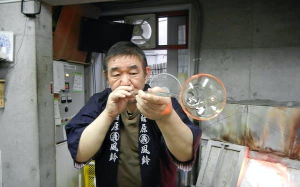 江戸風鈴は型を使わず空中で形を整える「宙吹き」で作られる(篠原まるよし風鈴)