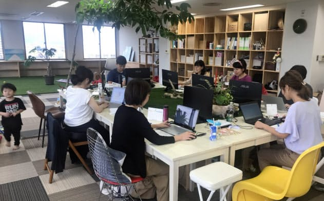 ワノミライカの職場にはカーペットが敷かれ、子供が走り回って遊んでいる(和歌山市)