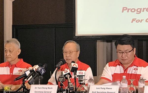 26日に記者会見する進歩シンガポール党のタン・チェンボク書記長