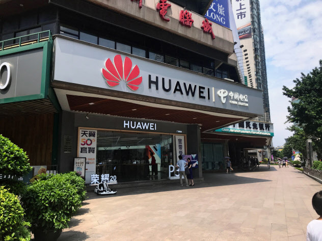 ファーウェイは「5G」対応スマホやテレビなど同社初の新製品を相次ぎ発売する(広東省広州市の店舗)