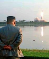 25日、新型ミサイルの発射を視察した北朝鮮の金正恩委員長(コリアメディア提供・共同)
